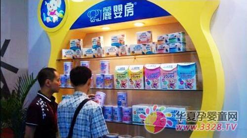 经销商观看丽婴房公司展出的奶粉产品