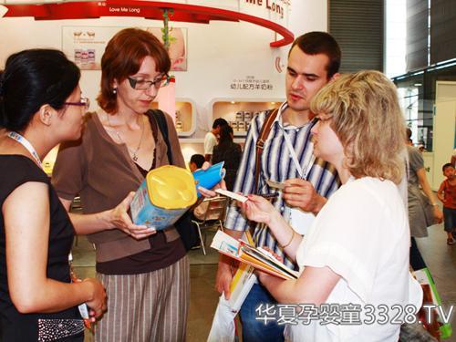 上海伊威工作人员向外来客商讲解有关知识